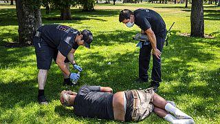 Μέλη της πυροσβεστικής υπηρεσίας των ΗΠΑ παρέχουν πρώτες βοήθειες σε πολίτη σε πάρκο της Ουάσιγκτον