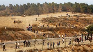 فلسطينيون في الخليل بالقرب من الجدار الإسرائيلي، الضفة الغربية.