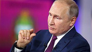 """Russlands Präsident Wladimir Putin während der Sendung """"Der direkte Draht"""", bei der Bürger:innen den Präsidenten befragen können"""