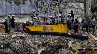 Des équipes de secours sur les gravats de l'immeuble effondré à Surfside en Floride, le 30 juin 2021