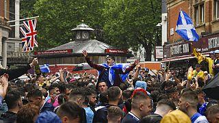 Maç öncesi Londra'daki Leicester Meydanı'nda toplanan İskoç taraftarlar