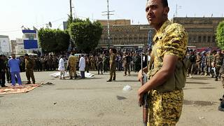 عنصر من قوات الأمن اليمنية في ميدان التحرير بصنعاء.