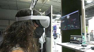 Una visitante del MWC disfrutando de la realidad virtual con 5G