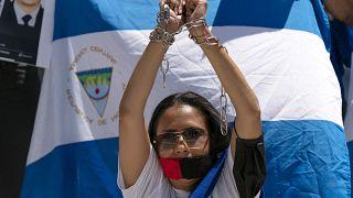 Nicaragüenses protestan frente a la Organización de Estados Americanos (OEA) en Washington, el 23 de junio de 2021.