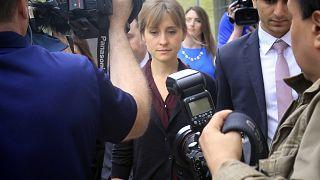 الممثلة أليسون ماك تغادر قاعة محكمة بروكلين الفدرالية. 2018/05/04