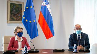 رئيس وزراء سلوفينيا يانيس يانشا ورئيسة المفوضية الأوروبية، أورسولا فون دير لاين، ليوبليانا، 1 تموز/يوليو 2021