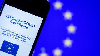 Una imagen tomada el 16 de junio de 2021 en Bruselas muestra la pantalla de un teléfono móvil con un certificado Covid Digital de la UE.