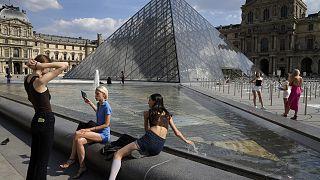 Fransa'nın başkenti Paris'in en fazla ziyaret edilen mekanlarından olan Louvre Müzesi yerleşkesinde fotoğraf çektiren turistler