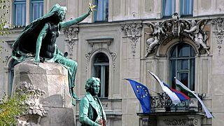 اهتزار پرچمهای اتحادیه اروپا و اسلوونی در لیوبلیانا