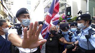 Rendőrök letartóztatnak egy brit zászlót tartó tüntetőt a hongkongi Victoria Park közelében