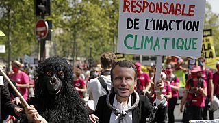 Un portrait d'Emmanuel Macron brandi lors d'une manifestation pour le climat à Paris en mai 2021