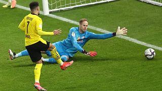 Jadon Sancho (Borussia Dortmund) gólt lőtt Gulácsi Péternek (RB Leipzig) májusban a Német Kupa berlini döntőjében.