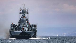 Корабль ВМФ России на учениях в Черном море. Апрель 2021 года