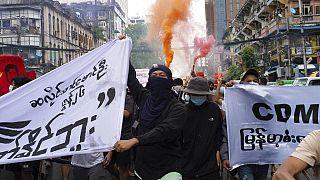 معترضان دموکراسی خواه در خیابانهای یانگون