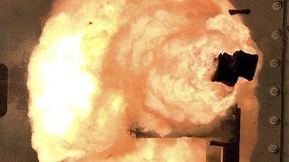 طلقة قاذفة نموذج لمدفع كهرومغناطيسي في منشأة للاختبارات في فيرجينيا.
