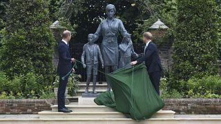 نجلا الأميرة الراحلة ديانا المتناحران يزيحان الستار عن تمثال لها في ذكرى مولدها الستين