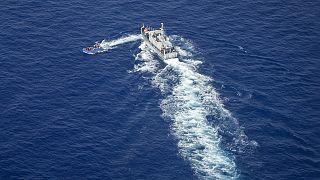 Un bateau de migrants essayant d'échapper à un navire des garde-côtes libyen en Méditerranée, 30 juin 2021