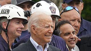 Biden con i soccorritori sui luoghi del crollo avvenuto lo scorso giovedì a Miami
