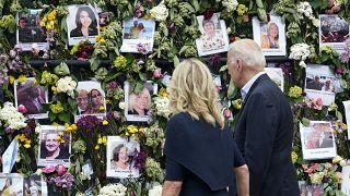 Joe Biden y su esposa rinden homenaje a las víctimas