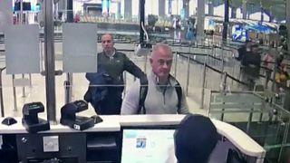 كاميرات المراقبة الأمنية في مطار اسطنبول تظهر مايكل تايلور عند شباك مراقبة الجوازات. 2019/12/2019