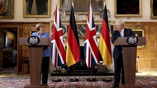 المستشارة الألمانية أنغيلا ميركل ورئيس الوزراء البريطاني بوريس جونسون خلال مؤتمر صحافي