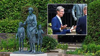 Diana szobra és az alkotó, Ian Rank-Broadley a szobor avatásakor (Vilmos herceggel beszélget)