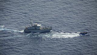 گارد ساحلی لیبی قایق پناهجویان را در مدیترانه تعقیب میکند