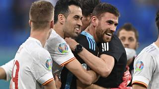 El portero Unai Simón celebra con sus compañeros el pase de España a semifilanes del Euro2020