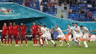 L'équipe de football espagnole exulte à l'issue de la séance des tirs au but, qu'elle vient de remporter.