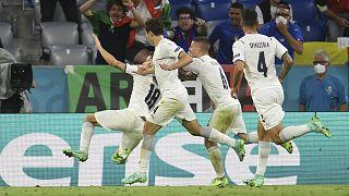 Az olasz csapat játékosai Barella gólját ünneplik.