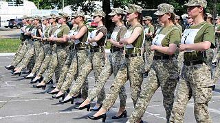 Ukraynalı kadın askerlerin tepkiye neden olan 'topuklu ayakkabılarla' yaptıkları talimden bir kare.