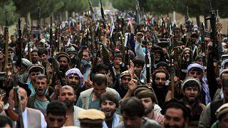 المئات من مسلحي الميلشيات ينضمون لقوات الجيش والأمن الأفغاني خلال تجمع في العاصمة كابول. 23/06/2021