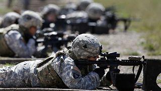 مجندات أمريكيات من اللواء القتالي الأول في الفرقة 101 المحمولة جواً يتلقين تدريبات ميدانية في قاعدة عسكرية في ولاية كنتاكي بالولايات المتحدة