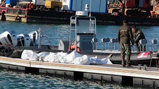 خفر السواحل التونسية يقفون بجوار جثث مهاجرين في ميناء صفاقس، وسط تونس، الخميس 24 ديسمبر 2020