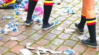 زبالههای پلاستیکی زیر پای تماشاچیان فوتبال در بلژیک