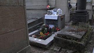 شاهد: وردٌ وشموع على ضريح مغني الروك جيم موريسون في الذكرى الـ50 لرحيله