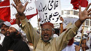 Pakistan'da Batılı ülkelerin İslam dinine hakaret ettiği gerekçesiyle düzenlenen protestolara binlerce kişi katılıyor.