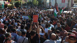 Filistinli göstericiler Abbas'ı protesto etti
