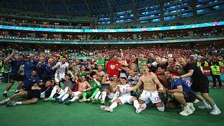 لاعبو منتخب الدنمارك يحتفلون بعد تأهل فريقهم إلى نصف نهائي كأس أوروبا لكرة القدم بعد فوزه على نظيره التشيكي 2-1 السبت على الملعب الأولمبي في العاصمة الأذربيجانية باكو