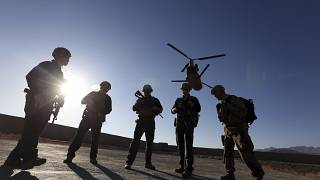 جنود أمريكيون يقفون فوق مدرج المطار في مقاطعة لوغار بأفغانستان قبيل انسحابهم من البلاد