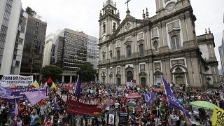 Brasile, decine di migliaia in piazza contro Bolsonaro. Sotto accusa la gestione della pandemia
