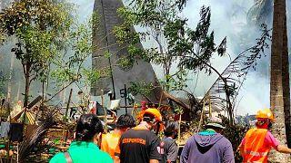 """عمال الإنقاذ يصلون إلى موقع  الطائرة العسكرية من طراز """"سي-130 هيركوليز"""" التي تحطّمت على جزيرة جولو في مقاطعة سولو، الفلبين، 4 يوليو 2021"""