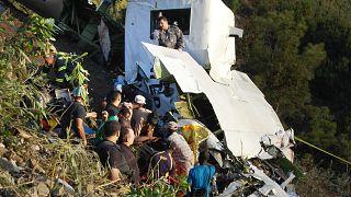 عمال الإنقاذ ينتشلون جثثًا من طائرة تابعة للأمم المتحدة تحطمت في باي بوري، هايتي، السبت 10 أكتوبر 2009