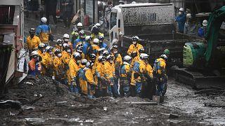 الشرطة تساعد في عملية البحث في موقع الانهيار الأرضي بعد أيام من هطول أمطار غزيرة في أتامي بمحافظة شيزوكا، اليابان، 4 يوليو 2021
