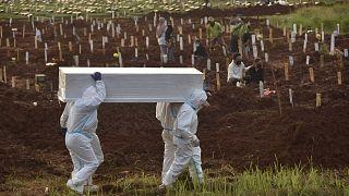 ضحايا كوفيد-19 في مقبرة في بلدة بيكاسي، إندونيسيا، 2 يوليو 2021