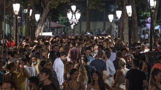 Cientos de jóvenes se reúnen en una zona de fiesta del centro de Barcelona, en el noreste de España.