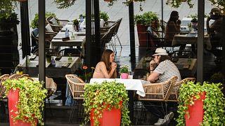 زوجان يجلسان في أحد المطاعم وسط العاصمة الروسية موسكو. 04/07/2021