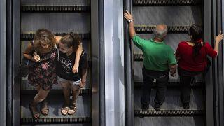 Védőmaszk nélküli emberek egy tel-avivi bevásárlóközpont mozgólépcsőjén 2021. június 15-én.