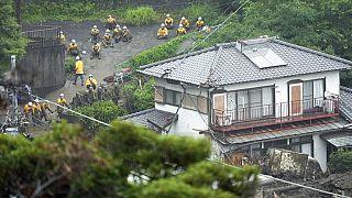 شاهد: فرق الإنقاذ تُـسابق الزمن في اليابان للبحث عن ناجين بعد كارثة انزلاق التربة