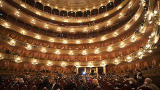 El Teatro Colón de Buenos Aires reabrió el viernes con aforo reducido y estrictas medidas de seguridad sanitaria